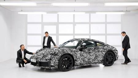 El Porsche 911 992 ya ha sido desnudado y su creador insinúa una variante híbrida o eléctrica