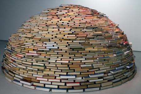 iglú hecho con libros - exterior