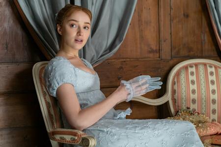 Lady Daphne Bridgerton (aka Phoebe Dyvenor) deja sus vestidos de ensueño de lado para lucir un abrigo de Mango que está de rebajas
