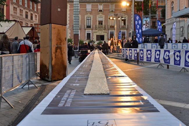 Berasategui reparte el turrón más largo del mundo en Murcia