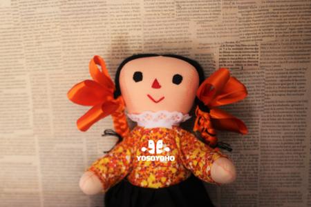 Xahni es una muñeca que habla español y otomí, su propósito revitalizar las lenguas indígenas