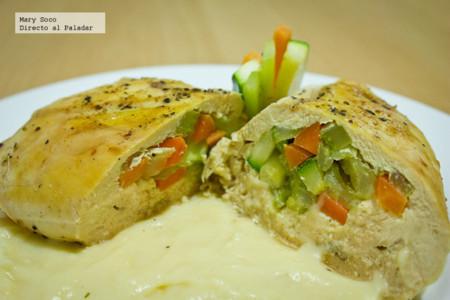 Pechugas de pollo rellenas de verduras en salsa suprema. Receta
