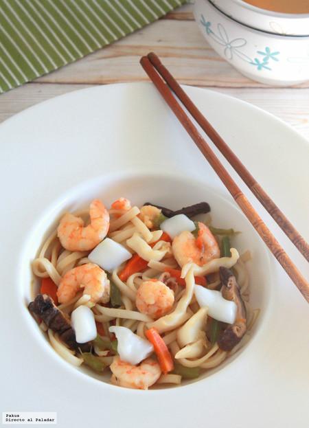 Wok de noodles udon con sepia y langostinos