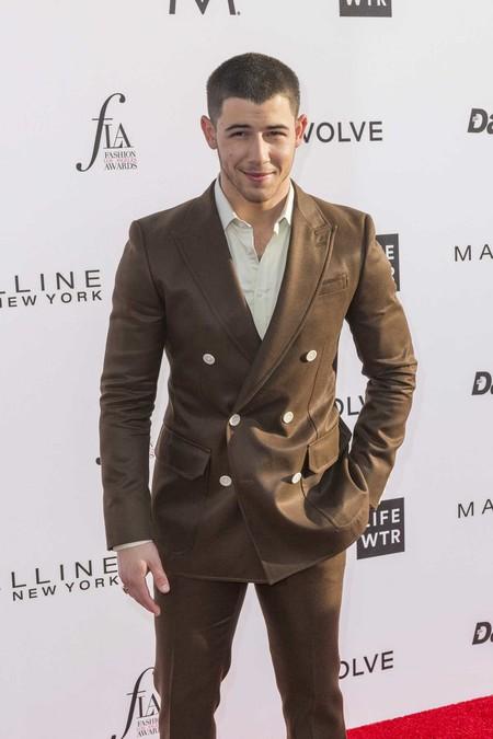 ¿Qué hacemos con el traje marrón de Nick Jonas?