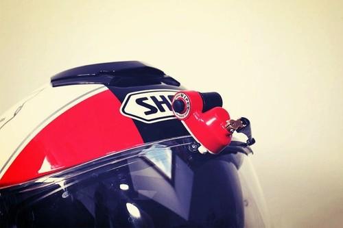 Esta empresa quiere venderte un limpiaparabrisas para el casco de tu moto, y es totalmente innecesario