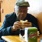 Así funciona el mito de la gente que llega a muy vieja pero que no se plegó a los hábitos saludables