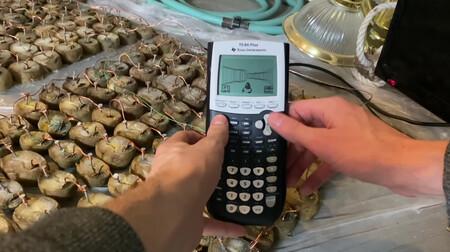 """Hoy, en """"DOOM funcionando en cosas"""": una calculadora con una batería de 770 patatas"""