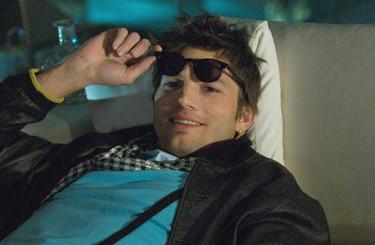 Ashton Kutcher es todo un playboy en su nueva película