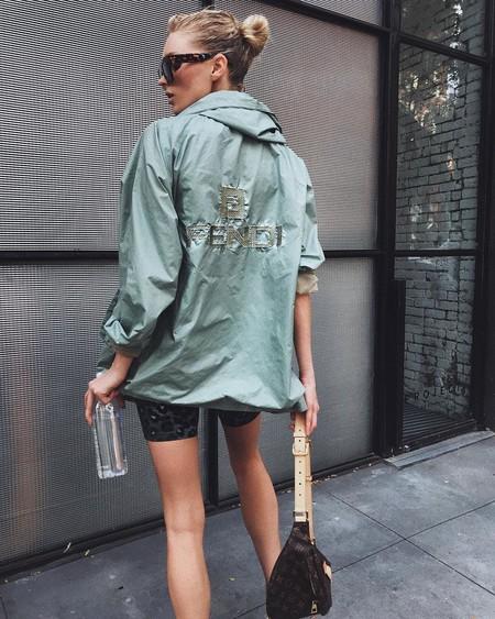 El street style nos muestra la importancia de tener a mano una prenda de abrigo ligera e impermeable