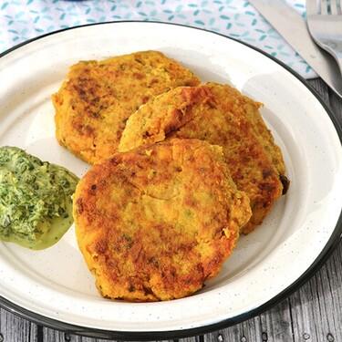 Tortitas de pescado con especias y salsa de cilantro. Receta fácil para cuaresma