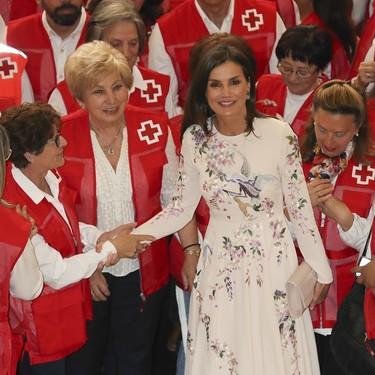 La Reina Letizia participa en un acto de la Cruz Roja con un vestido de Asos ideal para invitadas