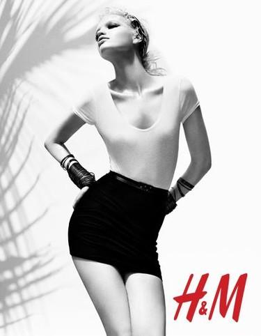 H&M nos propone un verano en blanco y negro con Daphne Groeneveld como protagonista