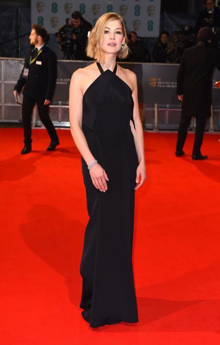 Rosamund Pike no arriesga y se viste de negro de Roland Mouret para los BAFTA 2015