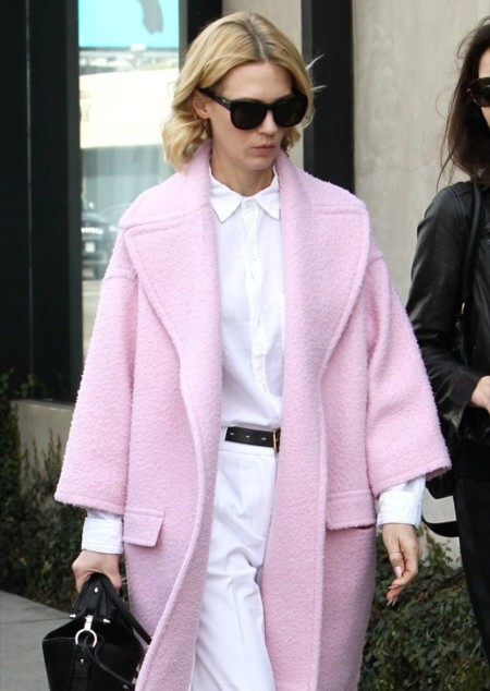 January Jones, otra que cae rendida al abrigo rosa
