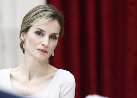 La reina Letizia apuesta por el diseño español en Francia, el país de las grandes casas de moda
