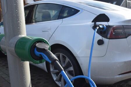 Cargar el coche eléctrico en las farolas, una fórmula cada vez más extendida que triunfa en Países Bajos