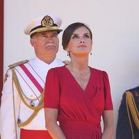 El rojo vuelve a hacer brillar a la Reina Letizia en el Desfile de las Fuerzas Armadas celebrado en Sevilla