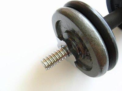 Trucos para levantar los pesos en el gimnasio sin lesionarnos