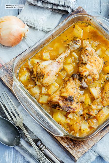 Pollo al horno con papas y caldo de jitomate. Receta de guiso sencillo