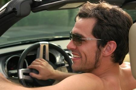 Desnudo al volante: ¿derecho individual o motivo de arresto?