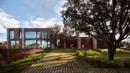 """Puertas abiertas: """"La Finca"""" una casa con límites interior-exterior desdibujados"""