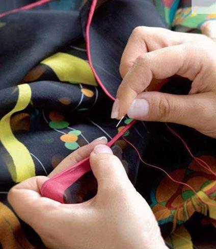 Dobladillar un pañuelo Hermès es todo un arte: nunca planches un enrollado