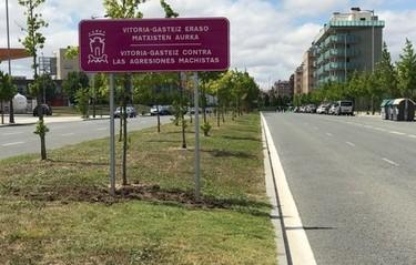 Vitoria-Gasteiz luce con orgullo señales contra la violencia machista en todas las entradas a la ciudad