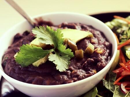 Frijoles negros refritos. Receta fácil de la cocina mexicana