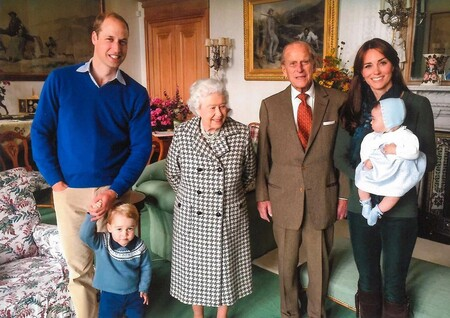 La Familia Real británica homenajea al Duque de Edimburgo con tres fotos inéditas rodeado de sus nietos y bisnietos