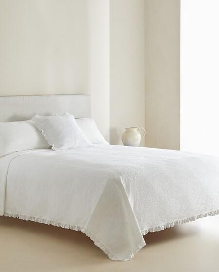 Seis colchas blancas de Zara Home para dar al dormitorio un aire minimal impoluto