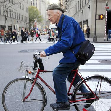 Nueva York homenajea a Bill Cunningham con una exposición que repasa su obra e incluye su mítica bicicleta y su chaqueta azul