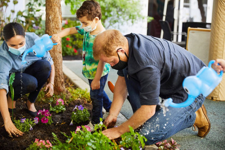 En el aniversario de la muerte de Lady Di, el Príncipe Harry y Meghan Markle plantaron sus flores favoritas en un evento solidario