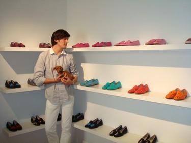 Tendencia otoño-invierno 08/09: zapatillas de estar en casa combinadas con un traje