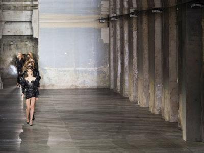 Hay vida después de Slimane. Vaccarello se estrena en Saint Laurent con una colección grunge muy glamurosa
