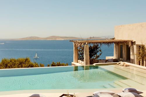 Zara Home nos lleva hasta Grecia donde los tonos arenas sustituyen a las blancas paredes encaladas