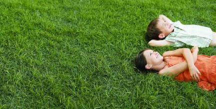 Niños cansados con la llegada de la primavera
