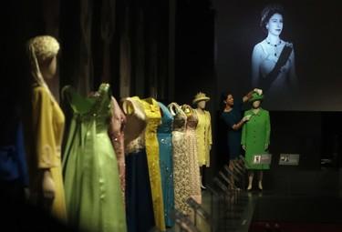 Hemos visitado la exposición de vestuario de Isabel II. Así es el recorrido por 90 años de historia de la moda.