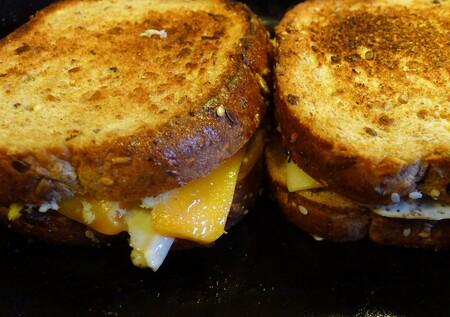 Bomba de brioche rellena de quesos. Receta para el desayuno