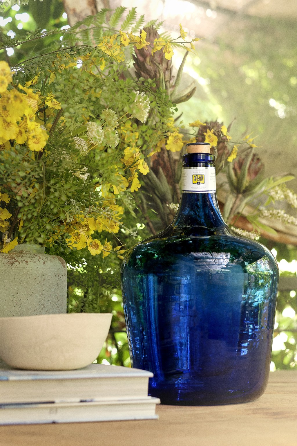 Solán de Cabras rinde homenaje a la damajuana, antiguo envase de vidrio convertido en elemento decorativo