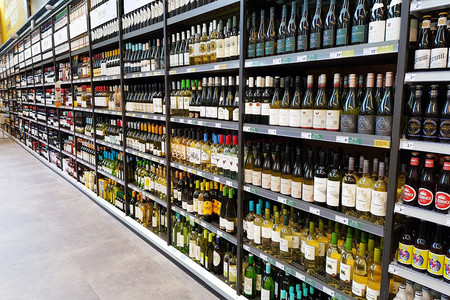 Un confinamiento pasado por alcohol: la venta de licores se ha disparado un 70% en España