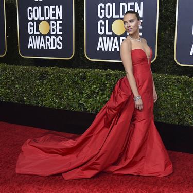 El escote corazón de Scarlett Johansson combinado con el vibrante color rojo nos deja absolutamente maravillados