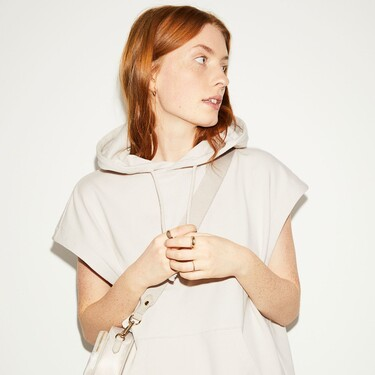 Siete chalecos tipo sudadera de H&M y Bershka que fusionan dos de las prendas más cool de la primavera 2021