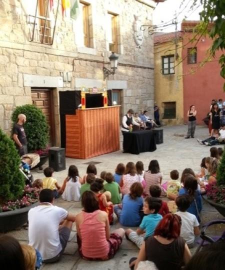 El grupo Tropos Teatro representa la obra Los Tres Cerditos en el pueblo de Navacerrada