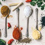 Los efectos negativos del exceso de la sal en tu cuerpo y cómo combatirlos con alimentos naturales