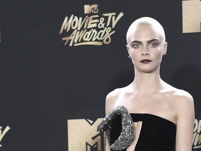 Cara Delevingne aprovecha su pelo rapado para hacerse un nuevo tatuaje, ¡en la cabeza!