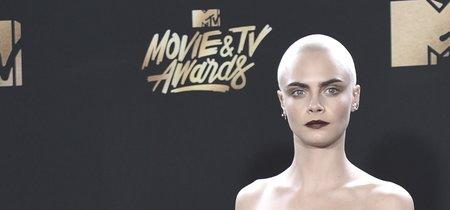 Cara Delevingne aprovecha su pelo rapado para pintarse un nuevo tatuaje, ¡en la cabeza!