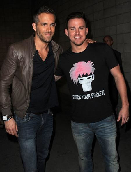 Ryan Reynolds y Channing Tatum, Deadpool y Gámbito (ojo a la camiseta)