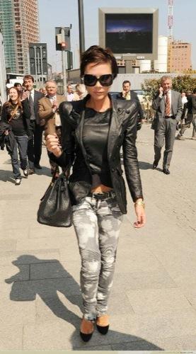 Victoria Beckham nos enseña cómo llevar unos jeans descoloridos
