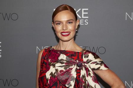 Kate Bosworth vuelve a arrasar con un complicado vestido de Calvin Klein que combina estampados y mejora el look de la pasarela