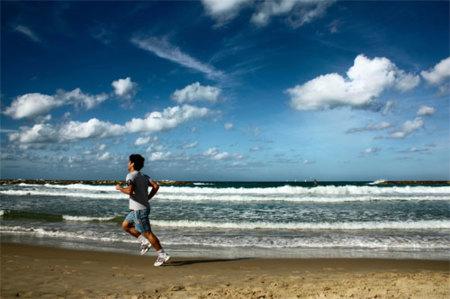 Evita las rozaduras al correr por la playa